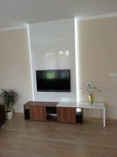 Designová TV stěna / bílá vysoký lesk / lamino ořech dijon / LED osvětlení